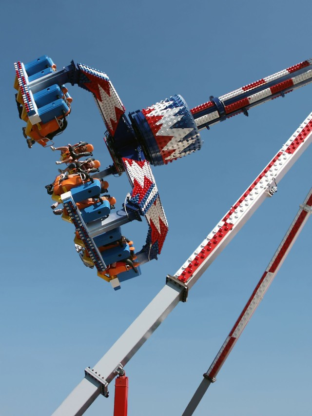 red, white, and blue amusement park ride